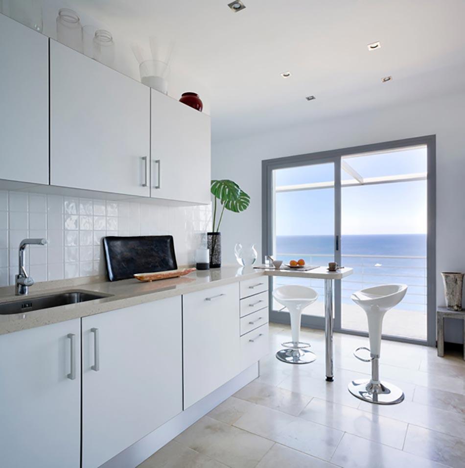 Cuisine minimaliste au design contemporain en blanc for Design pour petite cuisine