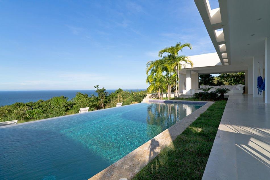 Villa contemporaine de plain pied aux cara bes avec belle for Maison avec piscine a debordement