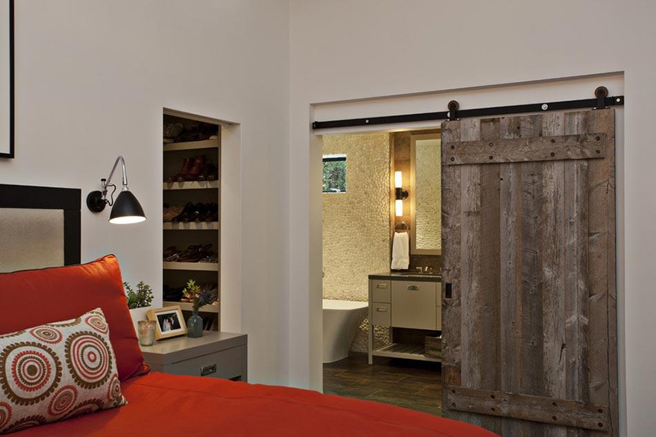 Porte coulissante design rustique pour séparer la salle de bains de l