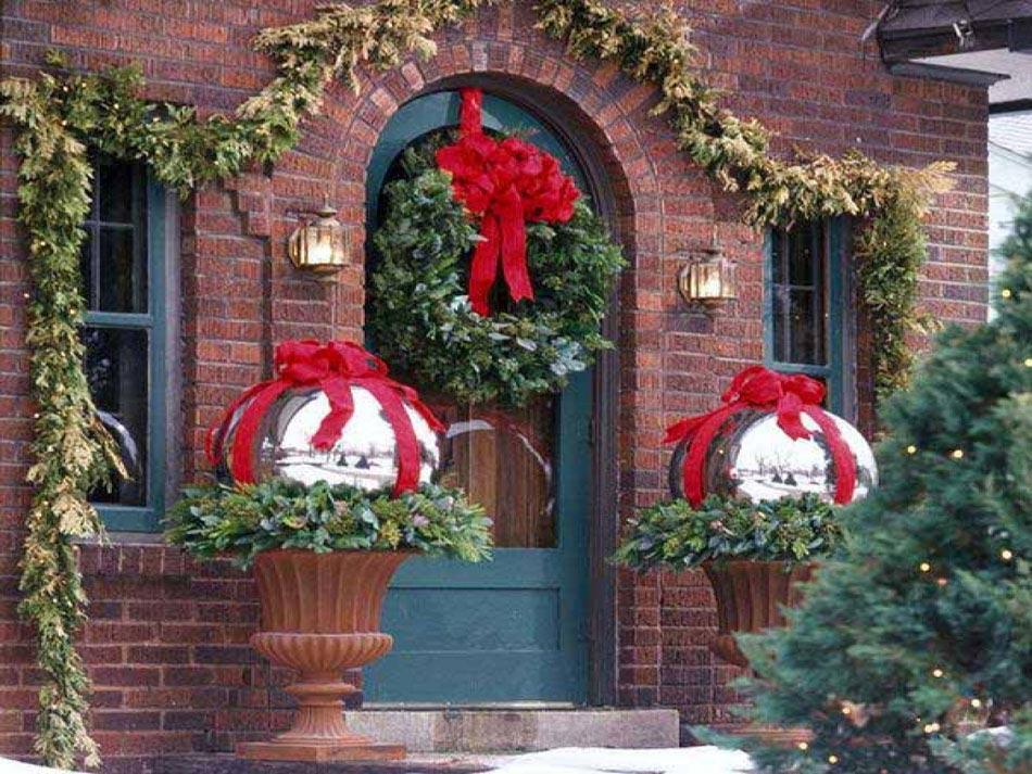 Boules de Noël géantes à placer dans le jardin ou devant la porte d\u0027entrée  reflètent l\u0027esprit des fêtes d\u0027hiver. idées pour décorer l\u0027extérieur de la  maison