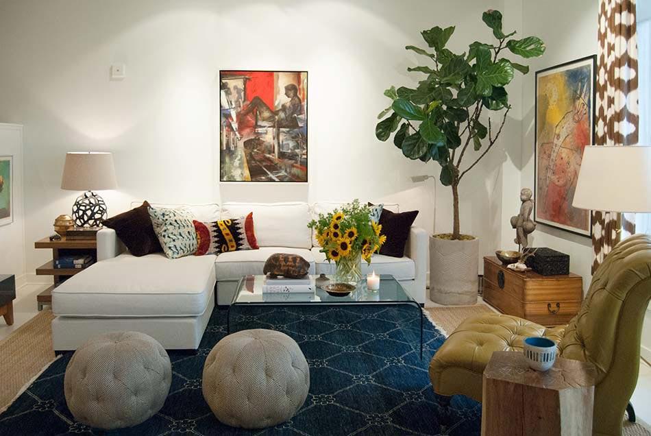 Le pouf rond apportant un c t accueillant et convivial for Laying out living room furniture
