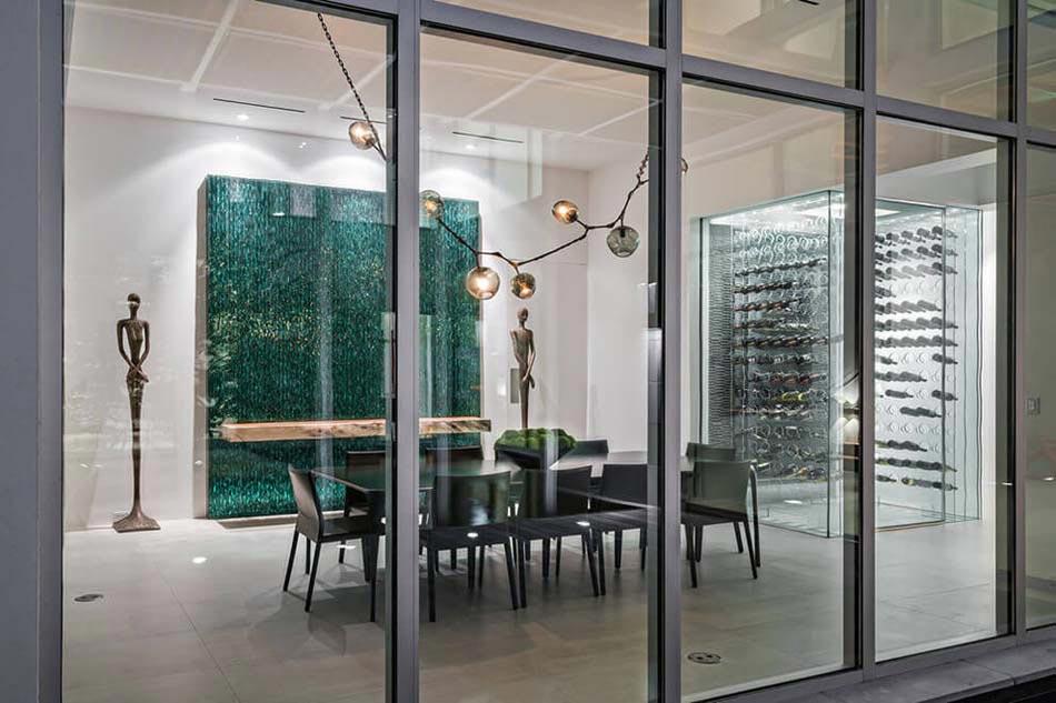 Attrayant Salle à Manger à La Décoration Minimaliste Et Artistique Offrant Une  Agréable Vue Sur Lu0027extérieur