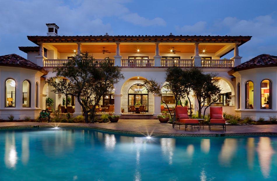 belle demeure de grand standing lamnagement terrasse soulignant la belle piscine - Amenagement Terrasse Piscine Exterieure