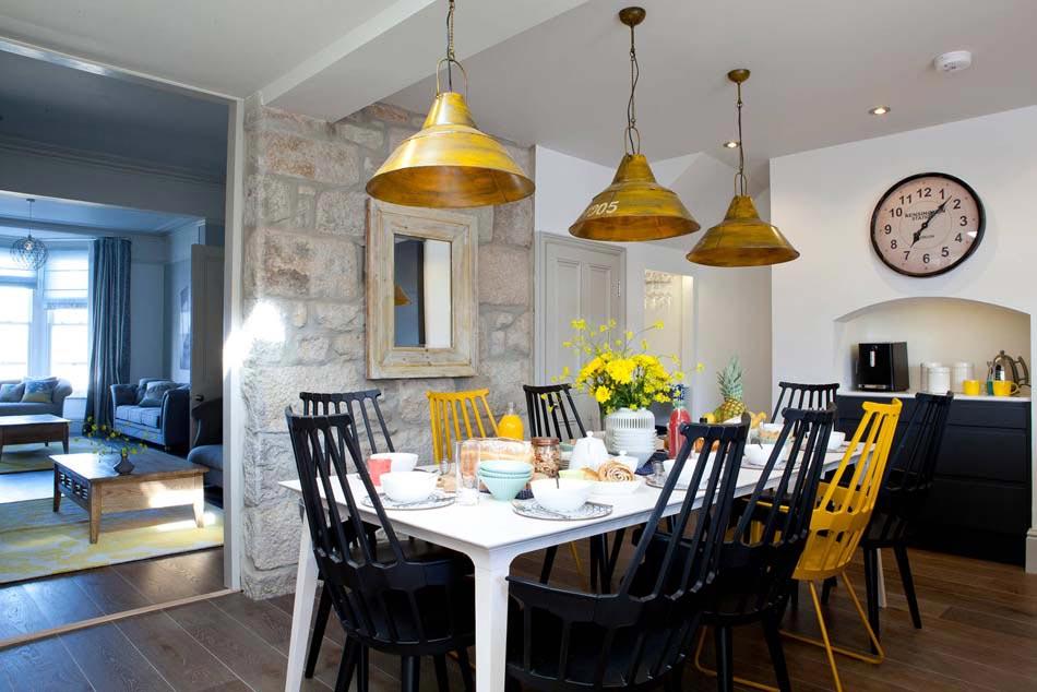 Les chaises d pareill es qui gayent l ambiance de la salle manger moderne design feria for Ambiance salle a manger