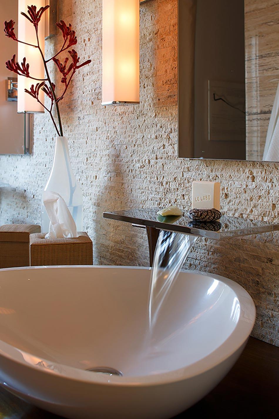 Salle de bain rustique gr ce au mur en pierre cr atif for Deco salle de bain pierre