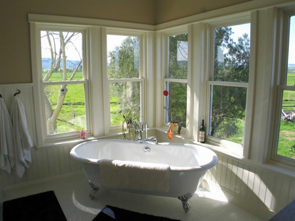 Baignoire ancienne pour une salle de bains retro design - Salle de bain ancienne ...