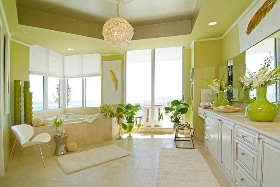 Spacieuse et élégante salle de bains dans des couleurs vertes ...
