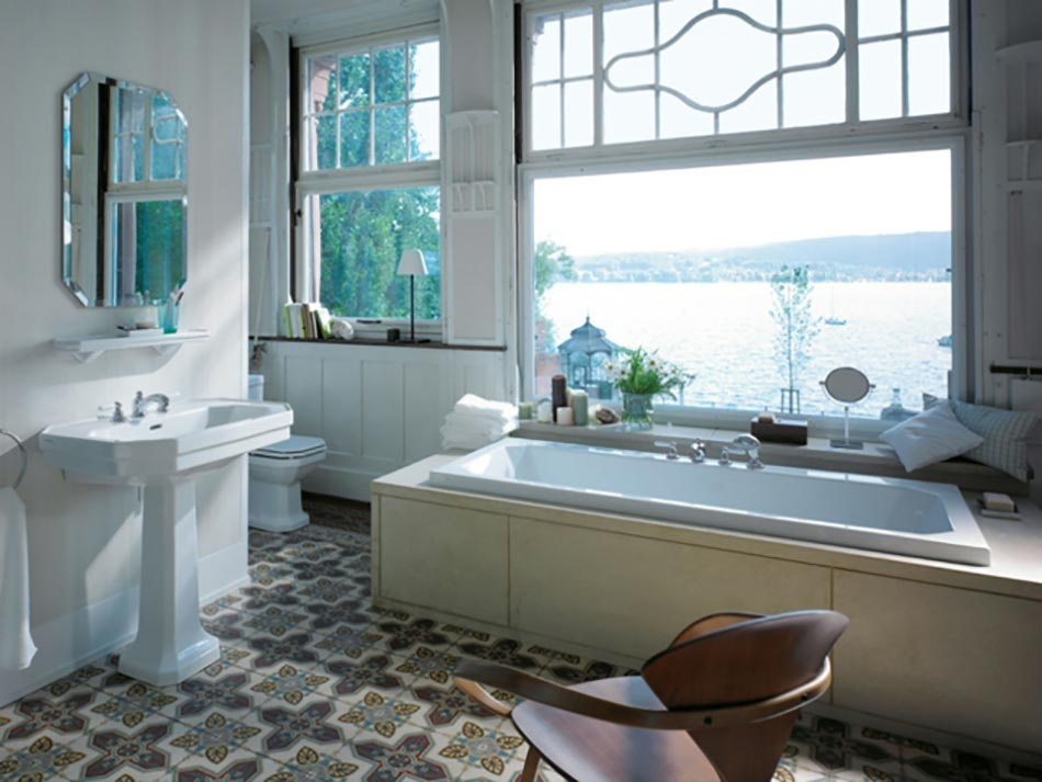 salle de bains classique en blanc avec vue imprenable sur la mer - Salle De Bain Moderne De Luxe