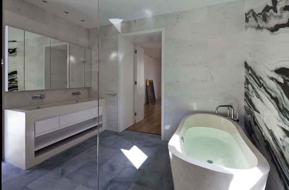 Belle maison r nov e au design int rieur moderne et si for Salle de bain maison ancienne