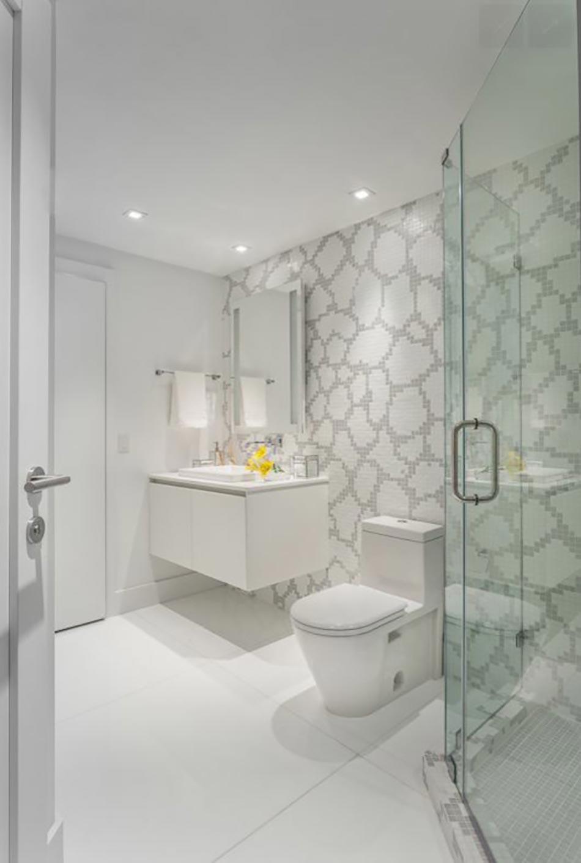 Deuxième Salle De Bains De Ce Bel Appartement De Vacances. Salle De Bains Design  Moderne