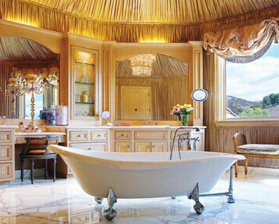 spacieuse salle de bains la baignoire ancienne sur pieds - Salle De Bain Ancienne Retro
