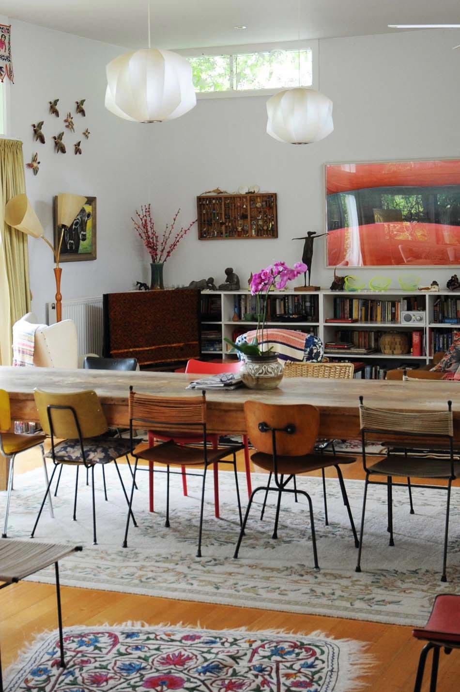 Les chaises d pareill es qui gayent l ambiance de la - Table ancienne et chaises modernes ...