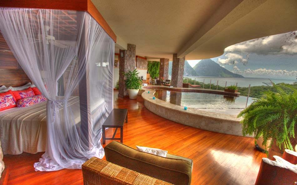 Des suites avec piscine int rieure ext rieure invitant for Hotel piscine interieur