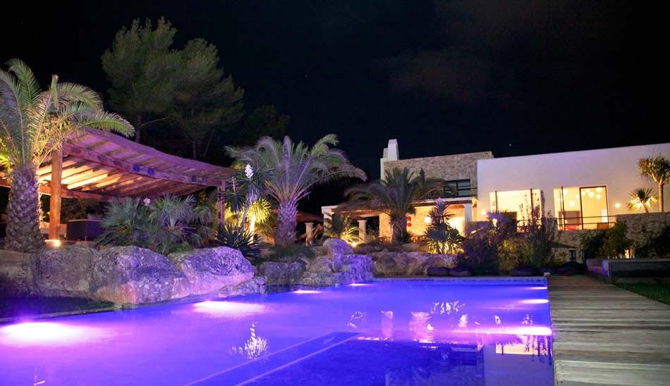 Attrayant Piscine Agréablement éclairée Devant Cette Belle Et Luxueuse Maison  Méditerranéenne