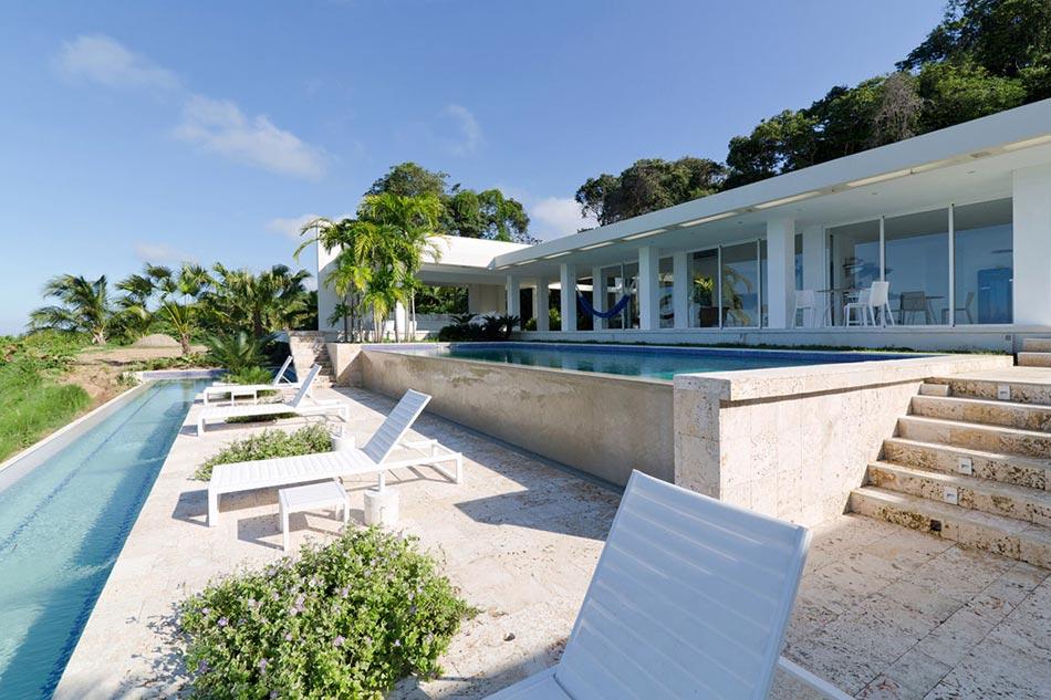 Villa contemporaine de plain pied aux cara bes avec belle for Villa piscine debordement