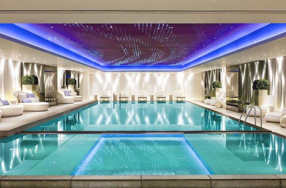Joliment éclairée Par Nombreux Spots LED La Piscine Du0027intérieur De Cette  Maison Offre Une Véritable Relaxation. La Piscine Design Luxe Moderne  Prestige