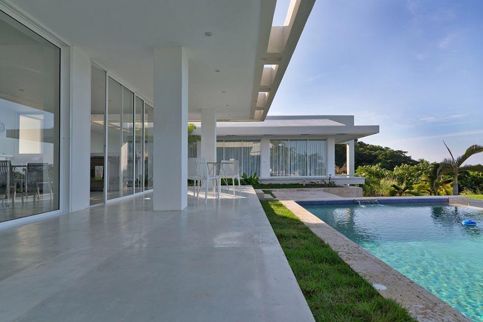 Villa contemporaine de plain pied aux cara bes avec belle vue sur la mer design feria for Villa design avec piscine