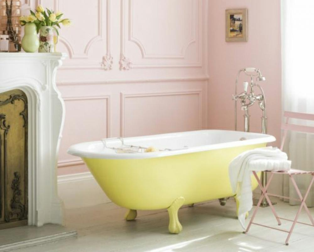 Salle de bain rose « fille » à la baignoire jaune