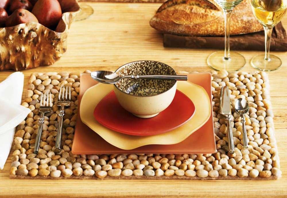Un set de table à faire soi-même avec de jolis petits cailloux polis