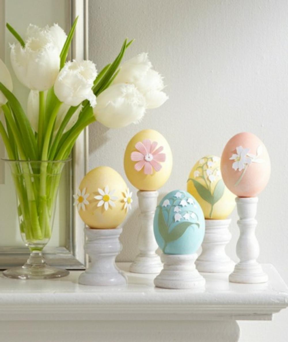 déco maison spéciale Pâques aux tulipe et œufs colorés