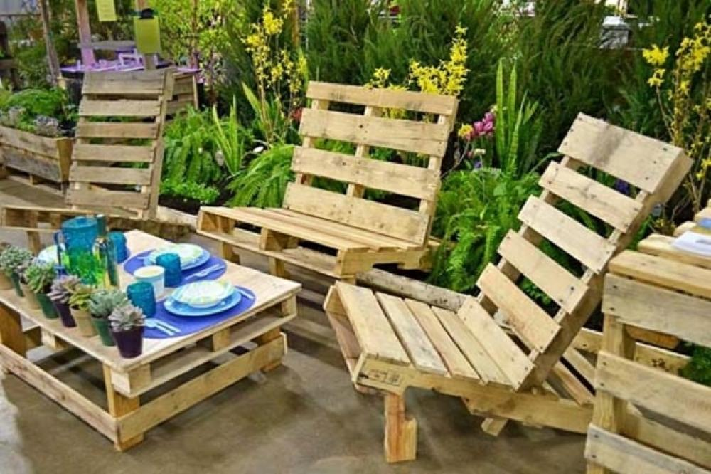 Les palettes en tant que mobilier de jardin cr atif - Fabriquer un salon de jardin ...