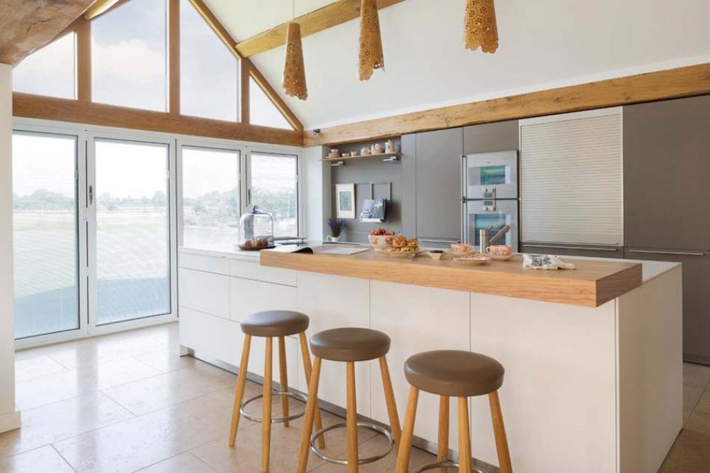 Am nager la maison une cuisine moderne au design sobre et l gant design feria for Maison ancienne cuisine moderne