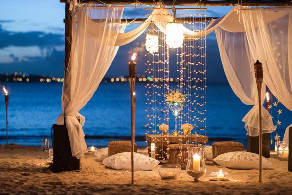 outdoor diner plage exotique en amoureux