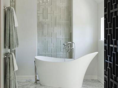 salle de bain design style en blanc