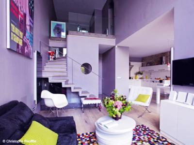 salon design aux teintes violettes