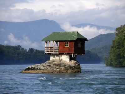 maison originale construite dans la rivière