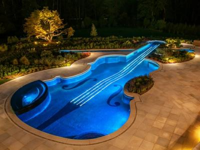 Vue nocturne sur la piscine éclairée en bleu