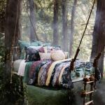 chambre suspendue dans le bois
