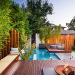 Bassin de rafraichissement sur une belle terrasse en bois exotique