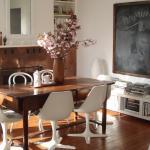 Chaise tulipe dans un décor en bois