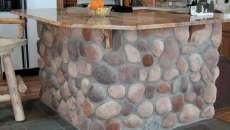 Idéal pour parfaire l'ambiance rustique de la maison – le comptoir en grosses pierres