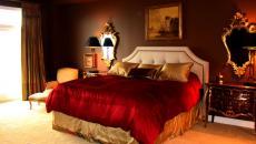 Décoration en rouge et or - ambiance classe de la chambre