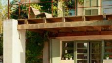 mobilier de jardin en bois devant la maison