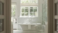 salle de bain spacieuse minimaliste et design