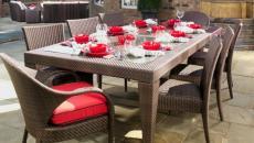 Table d'extérieure dressée en rouge et blanc