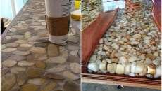 Le comptoir d'une cuisine moderne peut être réalisé avec des cailloux sympa de même taille