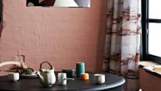 salle à manger moderne aux murs roses
