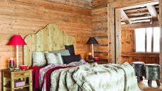 La chambre rustique par excellence aux fourrures et bois brut