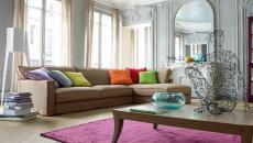 Coussins multicolores pour ce canapé au design moderne