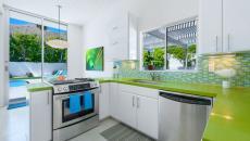 cuisine design tout en vert et blanc
