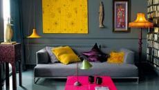 Salon à la deco maison sombre aux touches orange osées