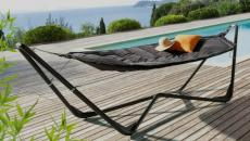 le hamac moderne près la piscine