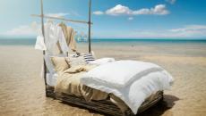 lit design pieds dans l'eau
