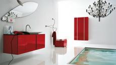 salle de bain en rouge et déco lustre