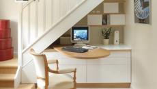 Mobilier de bureau au petites étagères sous l'escalier