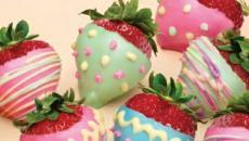 décoration de pâques aux fraises décorées comme œufs